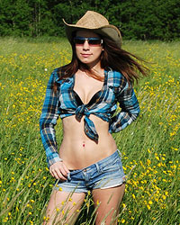 Devon Rockin The Country Look Outside In A Gorgeous Field And Making It Look Hot - Picture 1