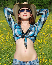 Devon Rockin The Country Look Outside In A Gorgeous Field And Making It Look Hot - Picture 2